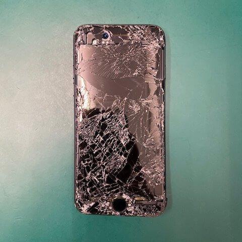 尤先生 iPhone 手機遭輾壓